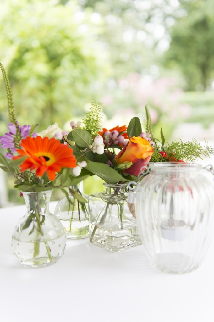leuke gekleurde bloemen als tafelstukje