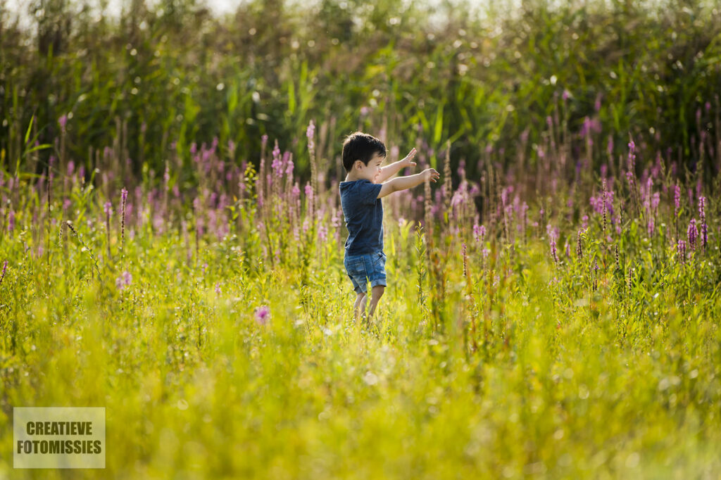 familishoot jongetje in gras